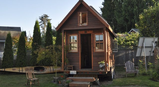 Tiny_house_in_yard_Portland-e1505299017565